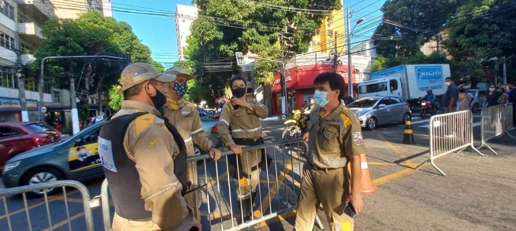 Agentes de Trânsito da SeMOB fiscalizam interdição montada no cruzamento das avenidas Generalíssimo Deodoro com a Nazaré.
