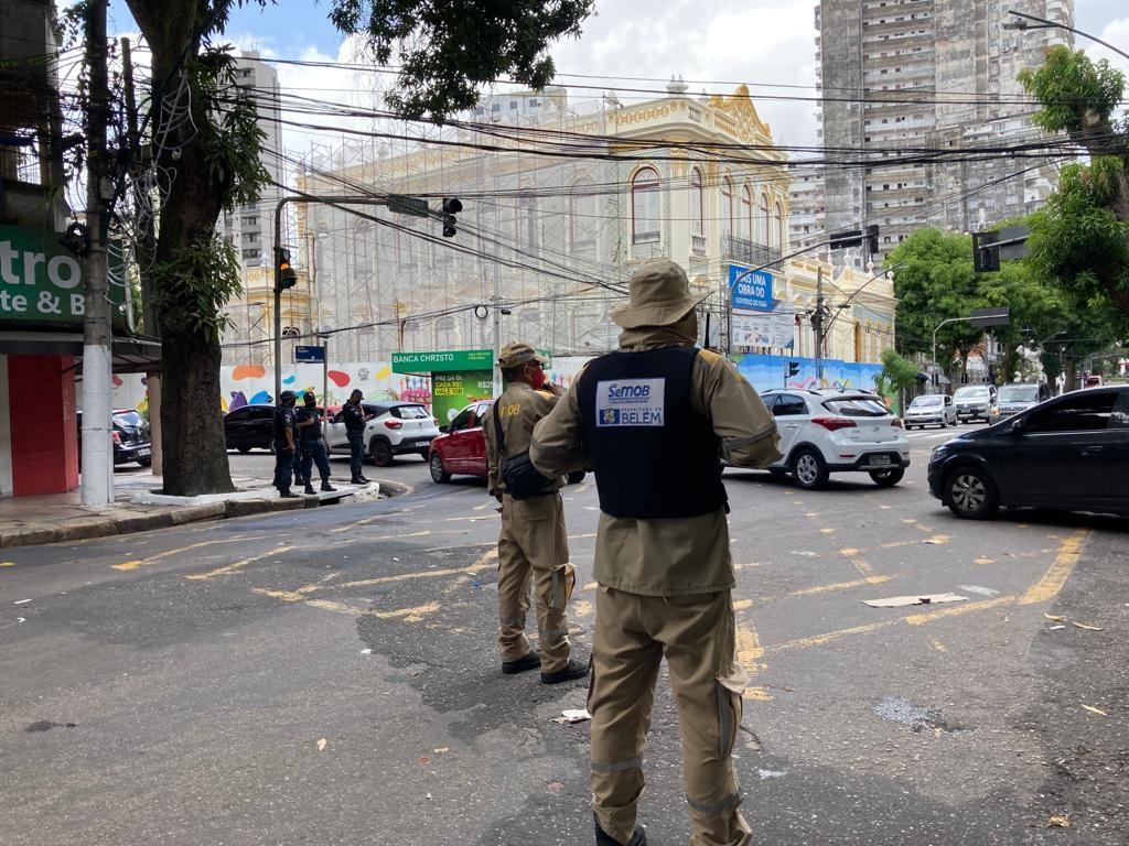 Agentes de trânsito e de transporte da SeMOB ficaram monitorando os principais gargalos do tráfego, no caso de os fiéis seguirem o percurso da procissão